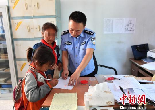 大凉山监狱警察的帮扶之路:8年帮扶442个孩子